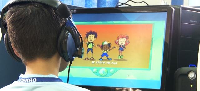 Plataforma combina atividades digitais com livros para engajar alunos