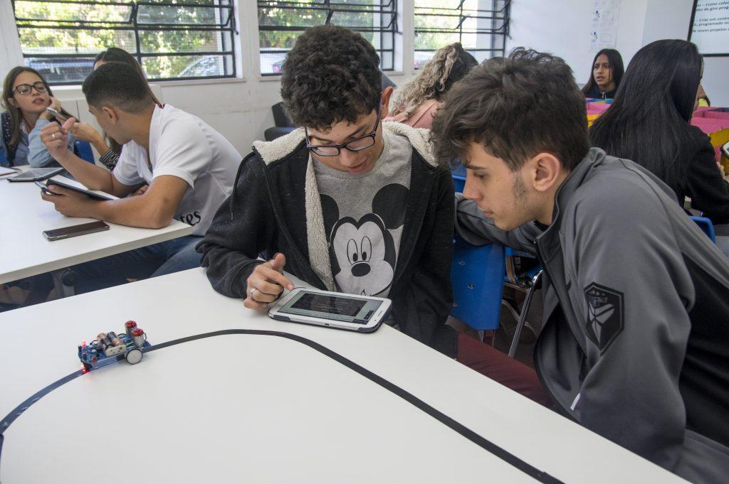 As vantagens da aprendizagem mão na massa atrelada à tecnologia