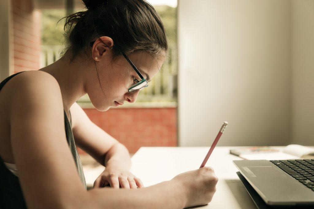 Com a liberação do ensino remoto até 2021, 78% das redes municipais decidem mesclar atividades presenciais e online