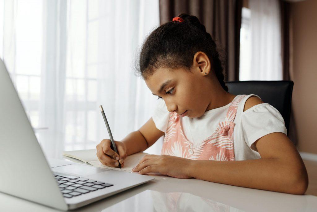 Entenda o conceito de ensino híbrido e as condições para implementá-lo com o uso de tecnologias digitais